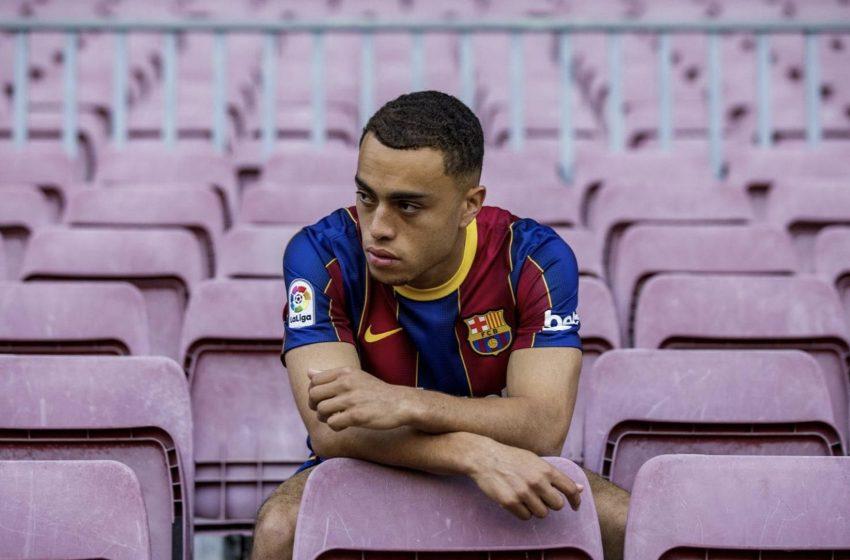 Sergiño Dest assina com o FC Barcelona por 21 milhões de euros