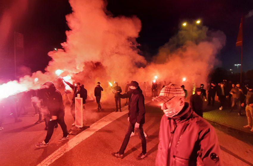 Torcedores do Vitesse aglomeram em frente ao GelreDome antes da final da Copa da Holanda
