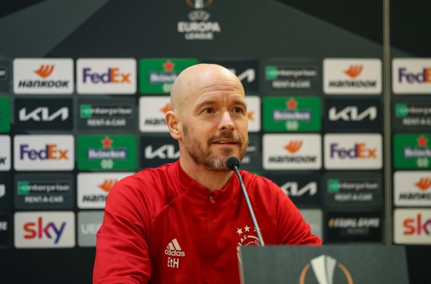 Erik ten Hag e Maarten Stekelenburg falam antes da partida diante da AS Roma