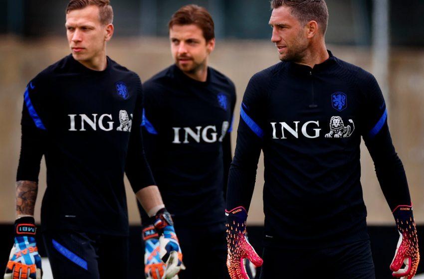 Holanda jogará com três zagueiros contra a Escócia