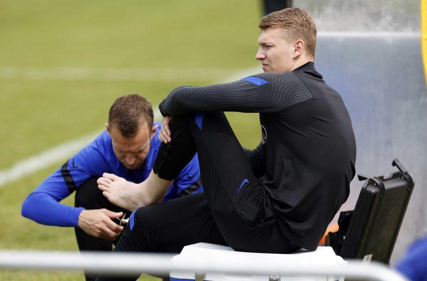 Tyrell Malacia é dúvida para semifinal da Eurocopa Sub21 e Perr Schuurs deixou o treinamento mais cedo