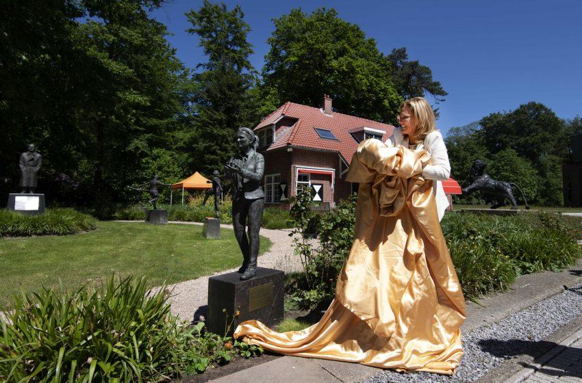 Sarina Wiegman ganha estátua no jardim das homenagens da KNVB