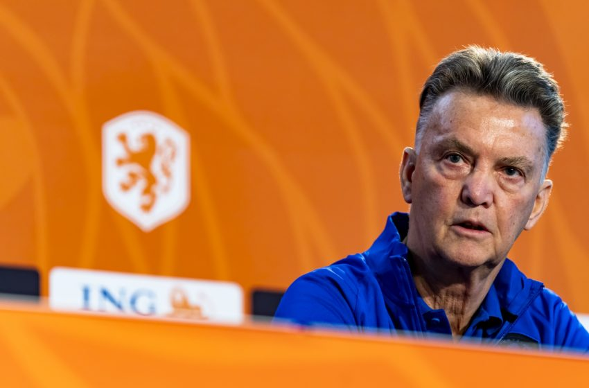 Louis van Gaal não dá pistas do time titular que jogará contra a Letônia